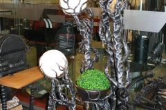 Kalviškas šviestuvas MEDIS 3 jų gaubtų su vazono stovu