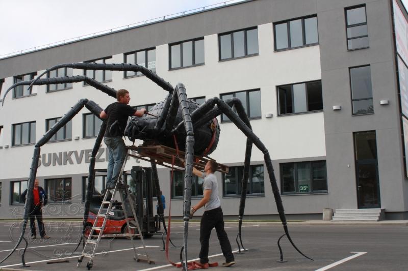 Skulptūra uzbrūkošs zirneklis augstums 3500mm platums 5500mm nr. 9