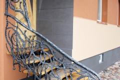 Laiptų turėklas sujungtas su stogeliu