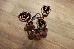 Кованая роза в вазе